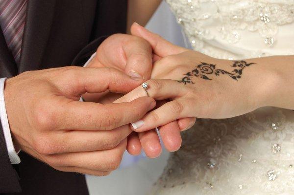 Учёные объяснили связь красоты невесты с ценой обручального кольца