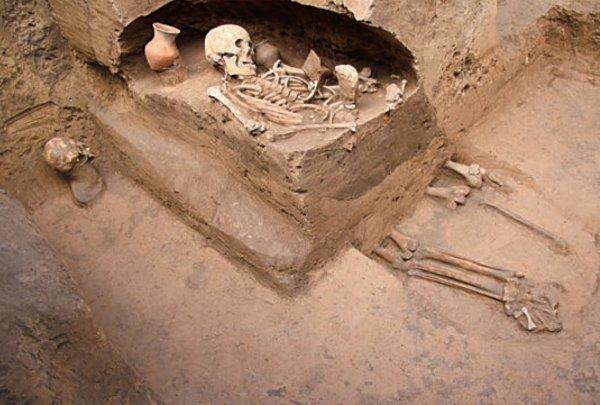 На Украине раскопали захоронение мужчины в объятиях заживо погребенной супруги