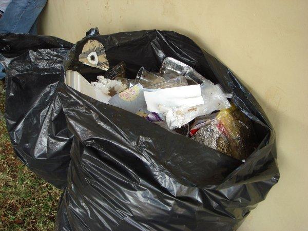 Мужчина попробовал на вкус мусорный пакет и стал звездой соцсетей