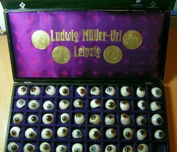 Житель Ростова выставил на продажу набор глазных протезов 19 века