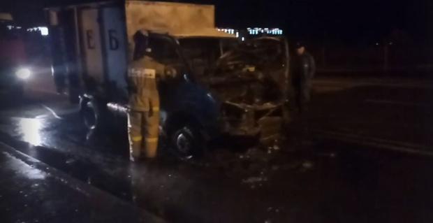 Разбудили хлопки: ночью в Тюмени загорелась хлебовозка
