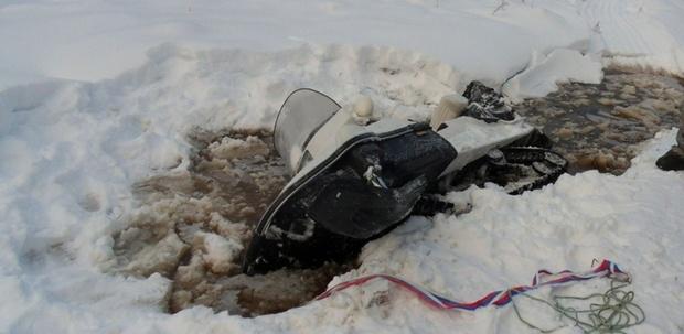 Оказались в ледяной воде: в Югре мужчины провалились на снегоходе под лед