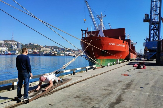 Российский силач протащил 11-тонный теплоход