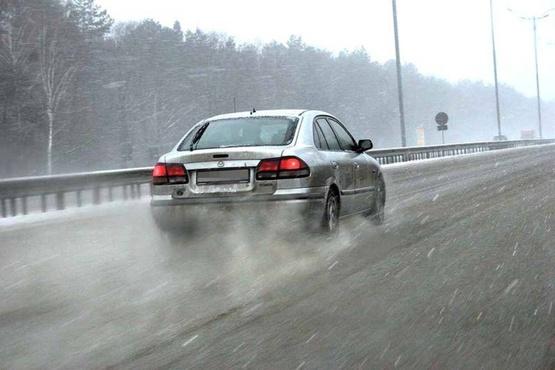 На дорогах корка льда: водителям рекомендуют отложить поездки за город, пешеходам - походы на улицу