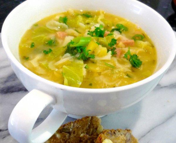 Диетологи рассказали, как быстро похудеть на капустных супах