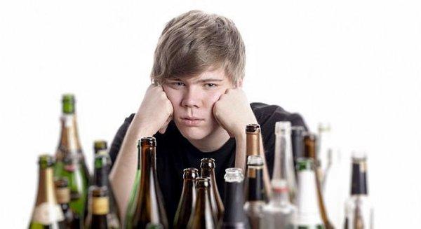 Родители, позволяющие детям пить дома, провоцируют у них алкоголизм