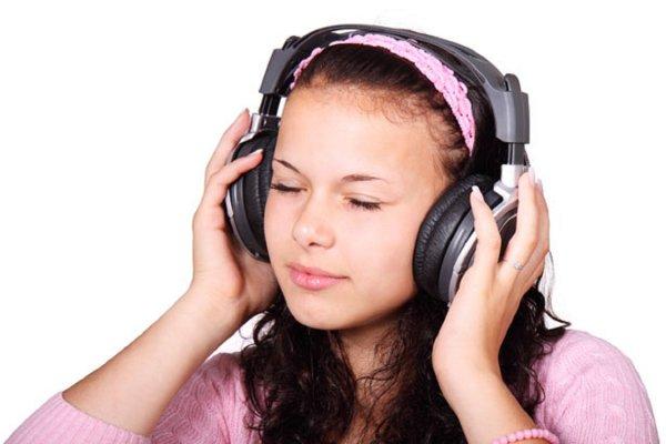 Ученые объяснили, почему невозможно слушать одновременно говорящих людей