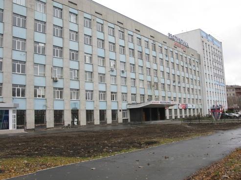 У тюменского бизнес-центра вырубили 25 тополей под парковку