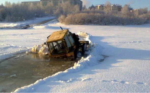 В Югре водолазы ищут мужчину, который на тракторе провалился под лед
