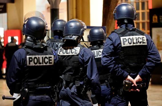 Во время распродажи в торговом центре полицейский случайно убил покупателя