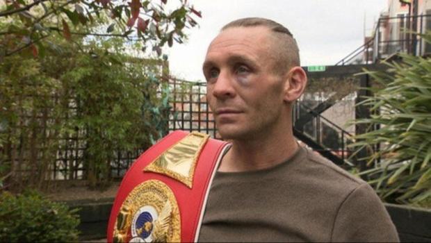 Боксер продает пояс чемпиона ради подарка для сына