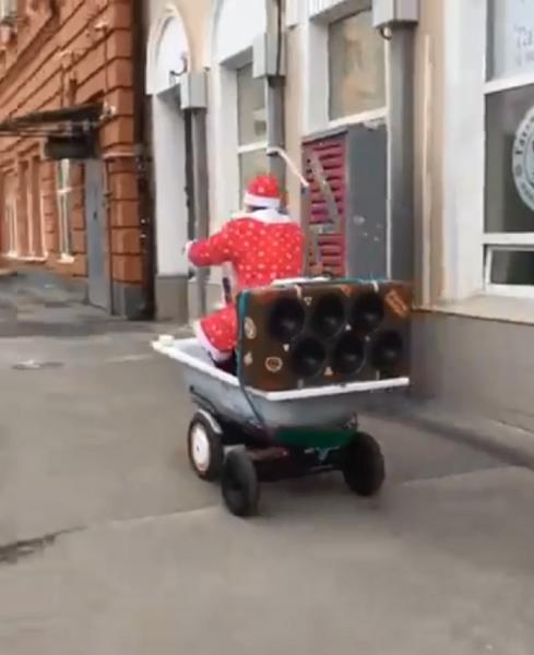 Дед Мороз прокатился по Ростову на самоходной ванной