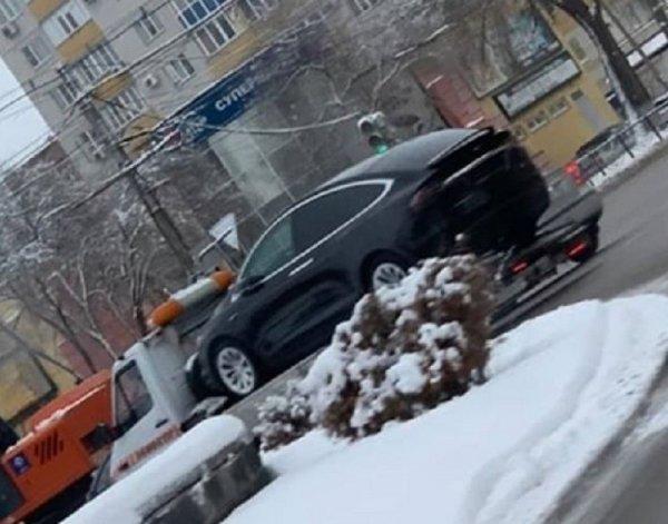 Разряженную Tesla в Воронеже увёз эвакуатор