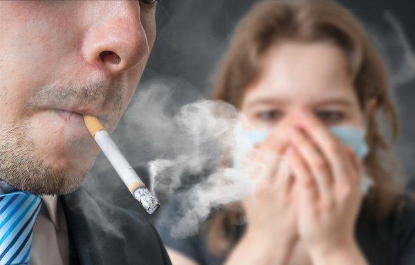 Суд заставил курильщиков компенсировать вред здоровью соседей