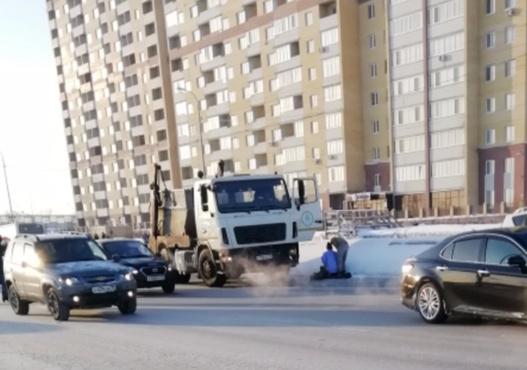 В Тюмени мусоровоз снес пенсионерку