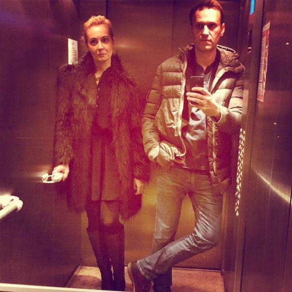 Оставил «приставучих детей» дома: Навальный с женой собрался на «скромную» тусовку