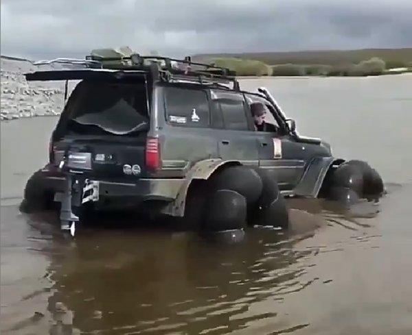 «Так может только Крузак»: Плавающий на надувных колёсах Land Cruiser впечатлил сеть