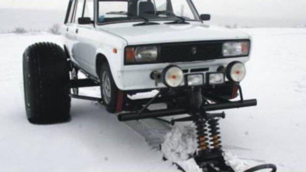 Снегоход по-русски: Зимние покатушки «Жигуля» на санках засняли на видео