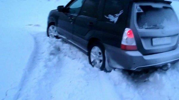 «Субару» может, «Крузак» не едет: Subaru Forester «уделал» Land Cruiser на заснеженном бездорожье
