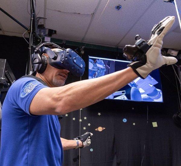 Виртуальная реальность помогает астронавту ESA подготовиться к выходу в космос