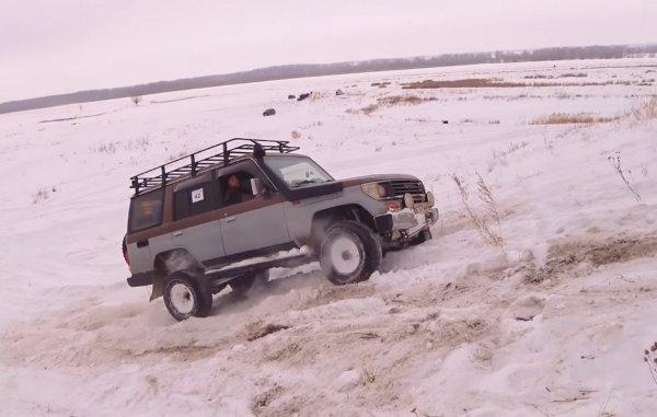 «Жестокое рубилово»: Старый «Крузак» и новый УАЗ «Патриот» потягались на заснеженном бездорожье