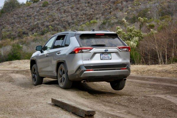 Не дизайном единым: Чем новая Toyota RAV4 отличается от старой рассказал эксперт