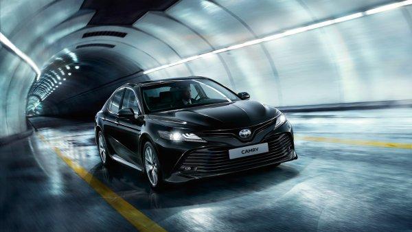 «Разнос бестселлера»: Популярный обзорщик в хлам раскритиковал новую Toyota Camry XV70