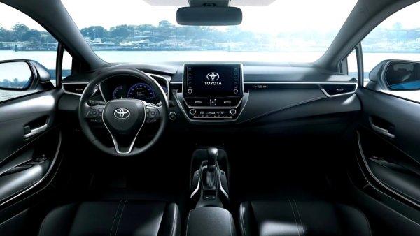 «Вдруг почувствовал вонь»: Обзорщик испытал на дороге новую Toyota Corolla 2019