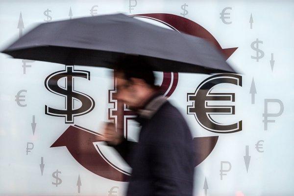 Санкции в деле: Доллар впервые с 2016 года поднялся до 62 рублей