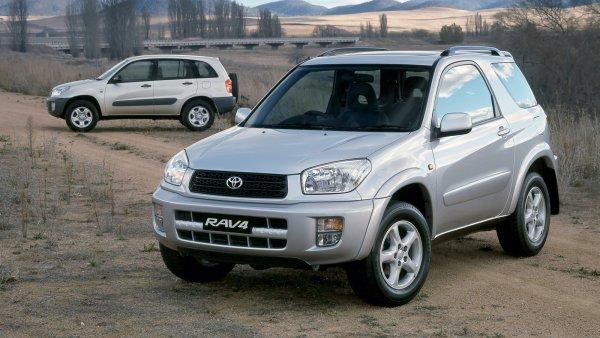 «Машина сошла с ума»: Блогер показал на видео Toyota RAV4, в которую «вселился демон»