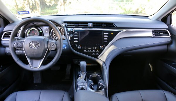 «Драйверский» характер: Впечатлениями от Toyota Camry с 2,5-литровым мотором поделились эксперты
