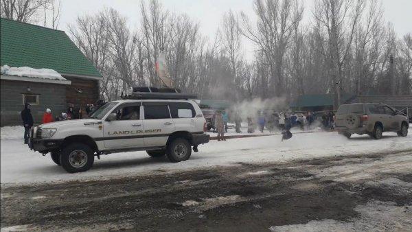 «Схватка Крузаков»: Land Cruiser 100 и 200 померялись силами в «перетягивании каната»