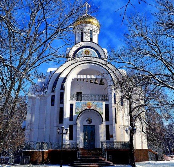 Молодежный «челлендж»: девушка в Ростове плюнула на дверь церкви