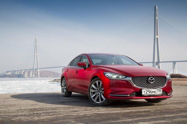 Классика против турбо: Эксперт сравнил новую Toyota Camry и обновленную Mazda 6