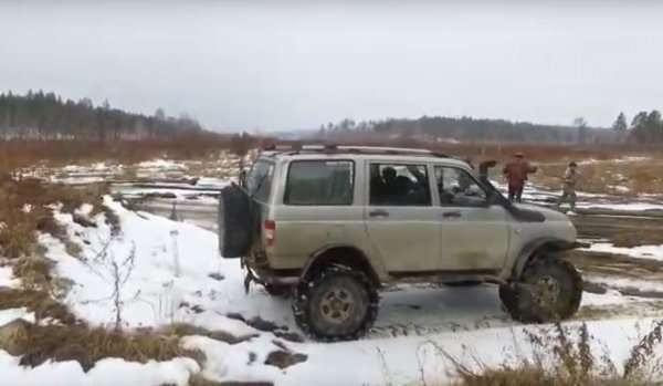 «УАЗик на лабутенах»: Бывалый джипер протестировал УАЗ «Патриот» с самодельными гусеницами