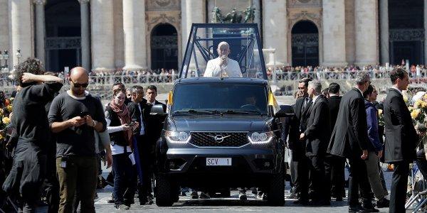 «Папа Римский» прокатился на «УАЗике»: «Патриот» засветился на съемках популярного сериала