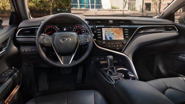«Дайте ему еще фольги от конфет»: Новую Toyota Camry с «передозировкой» хромом высмеяли в сети