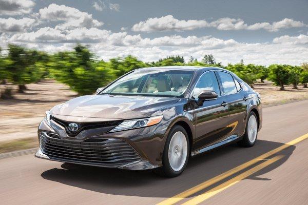 «Пришла жара, с ней и расход»: Правду об экономичности гибридной Toyota Camry раскрыл владелец