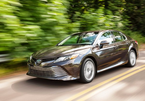 «Дедовский» Toyota Camry против гибрида: В сети провели топливный эксперимент