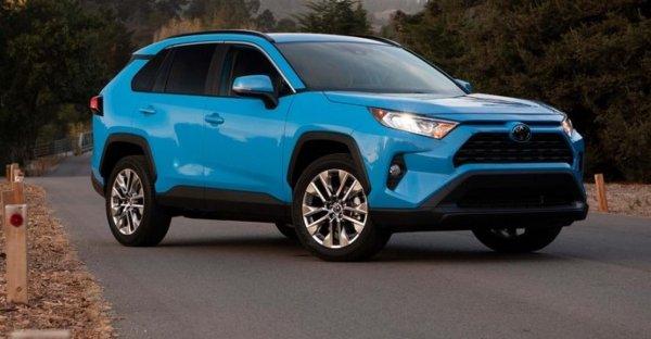 «Едет так тихо, что пешеходы пугаются»: Восторгами от гибридного Toyota RAV4 поделился владелец