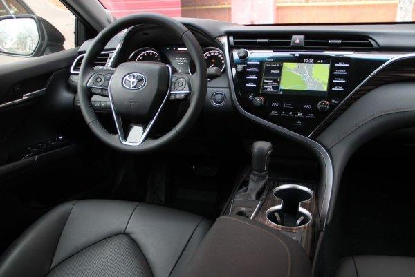 «За что 2,5 миллиона? Камри давно не легенда»: Блогер остался разочарован тест-драйвом Toyota Camry