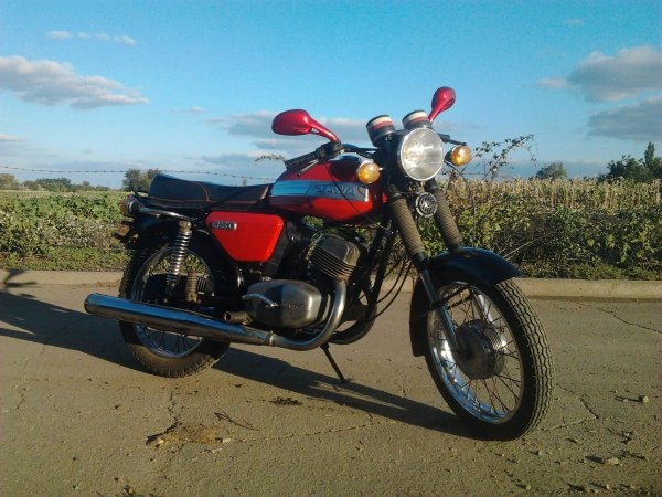«Чугунный скороход»: Водитель показал доработанный мотоцикл Jawa-350