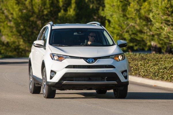 «Наслаждаюсь ездой»: Автовладелец указал на плюсы и минусы Toyota RAV4 2018