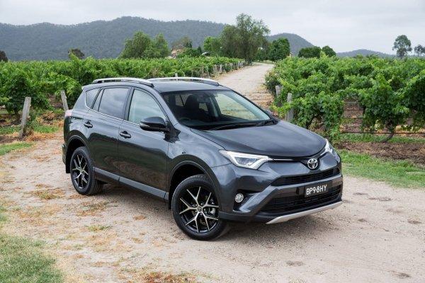 «Все в порядке, кроме вариатора»: Блогеры рассказали, что нужно знать о Toyota RAV4 со «вторички»