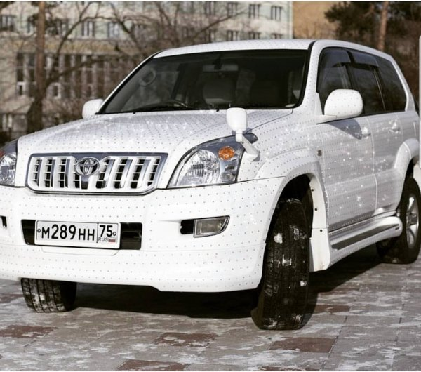 «Вот это заморочился!»: «Царский» Toyota Land Cruiser Prado со стразами удивил любителей тюнинга