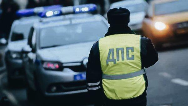«А что, так можно было?»: Сеть возмутила полицейская Toyota Camry с заклеенными номерами на М4 «Дон»