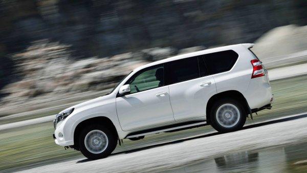 «Тупой и ещё тупее»: Популярная обзорщица сравнила Toyota Land Cruiser Prado и Lexus GX 460