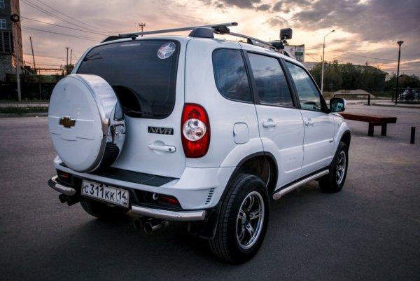 «Полноценная иномарка»: Блогер сравнил Chevrolet Niva 2012 с новой LADA 4x4 2019 года