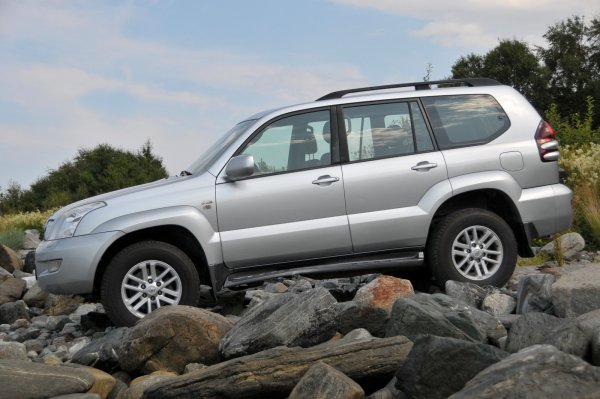 В сети обсудили выбор Toyota Land Cruiser 120 с правильной подвеской: «Пневма – помойка, бери пружины»
