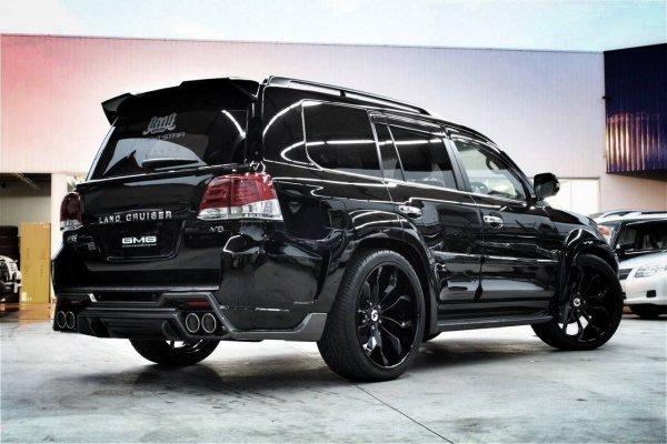 6 миллионов рублей на льду: Обзорщик устроил тест-драйв особого Toyota Land Cruiser 200 Black Edition